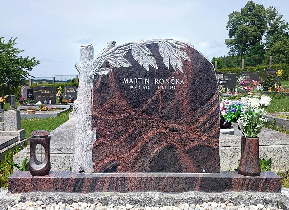 Vytesaný motiv stromu pomník