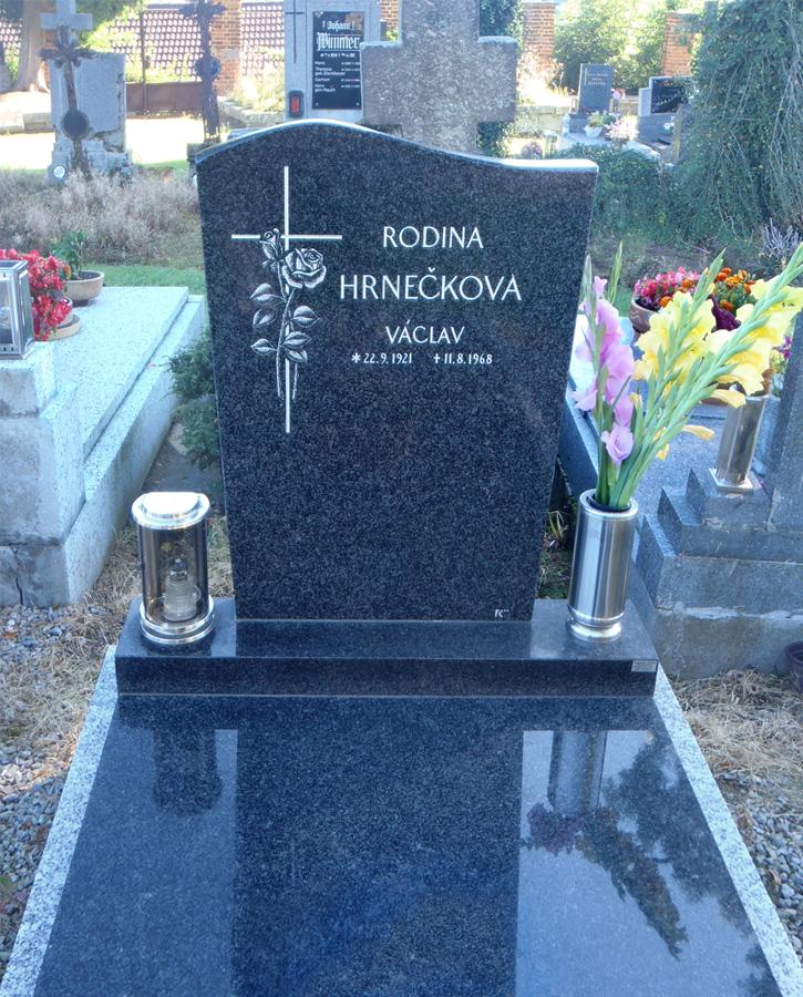Náhrobní kámen s křížem a ručně vygravírovanou / vyškrabanou růží