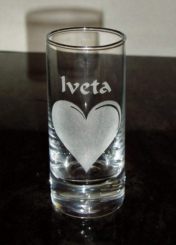 Vypískovaná sklenička srdce