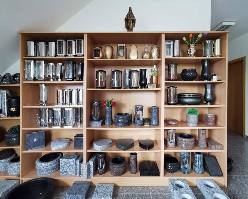 Lucerny, lampičky a vázy na hrob