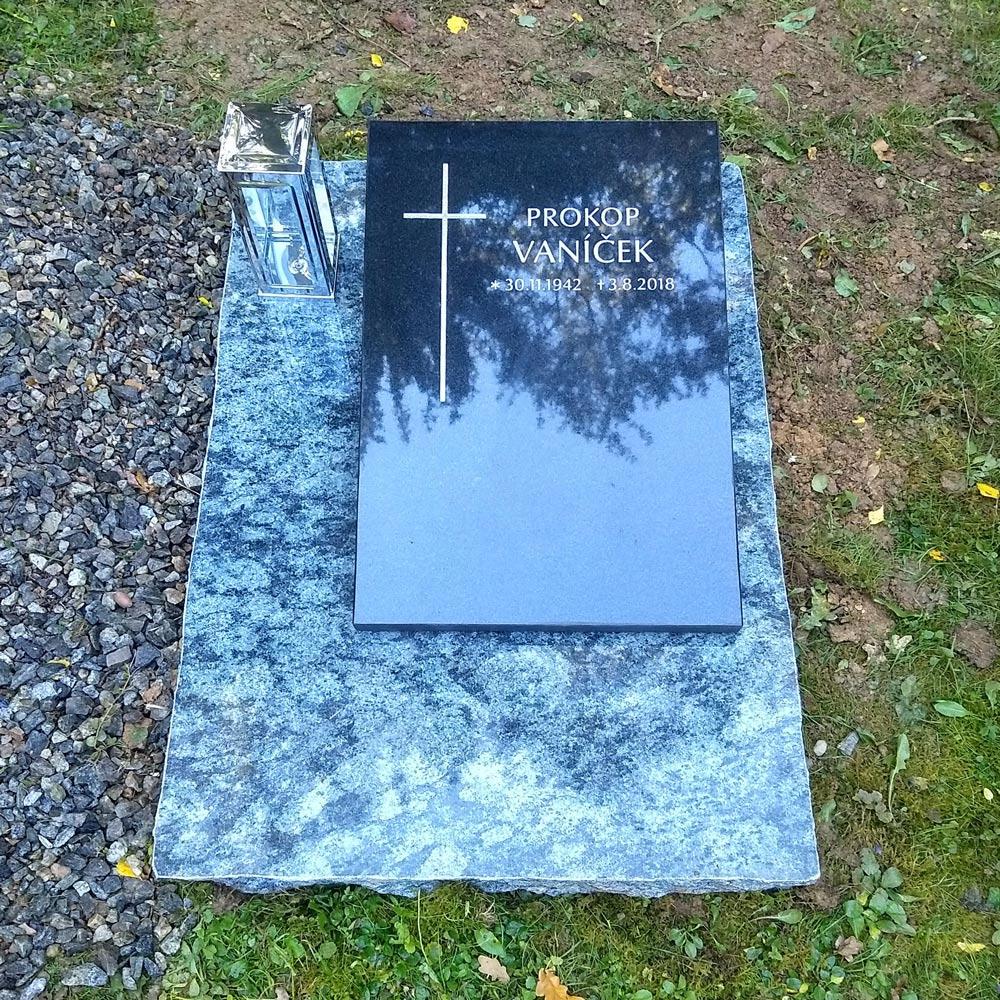 Moderní a jednoduchý urnový pomník
