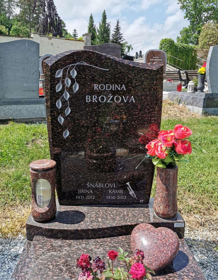 Elegantní náhrobní kámen Imperial Red s motivem padajících listů