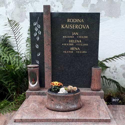 Urnový pomník s motivem padajících lístků a chodníčkem okolo hrobu