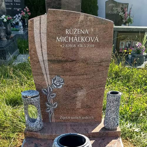 Urnový náhrobní kámen s vytesanou růží